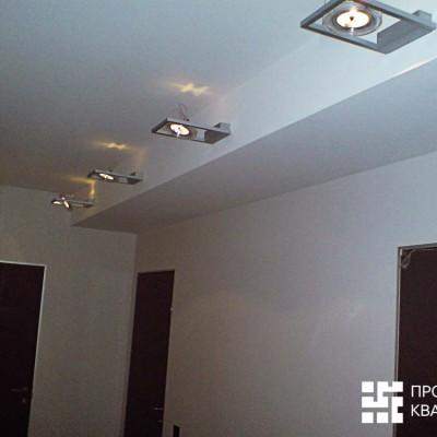 Ремонт квартиры на Дрезденской. Коридор. Вентиляционные трубы спрятаны в гипрочный короб. Коробки дверей - алюминиевые, без наличников