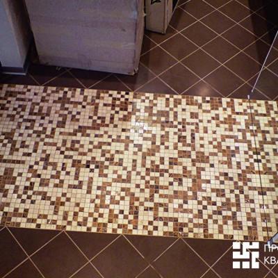 Ремонт квартиры на Дрезденской. Мозаичная дорожка из спальни продолжается в зеркальной стене ванной комнаты