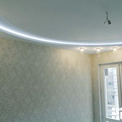 Спальня. Трёхуровневый потолок из ГКЛ: в центре углубление (круглая ниша), по периметру короб с нишей для светодиодной подсветки