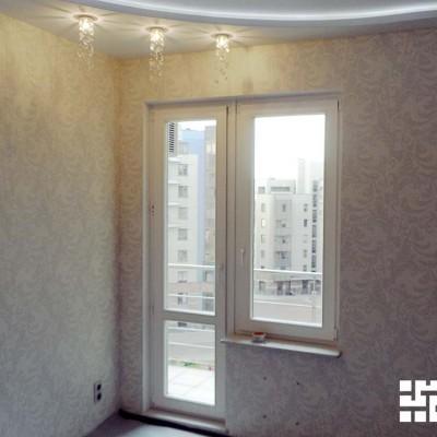 Спальня. В потолочный короб из ГКЛ встроены светильники. Подоконник из натурального мрамора