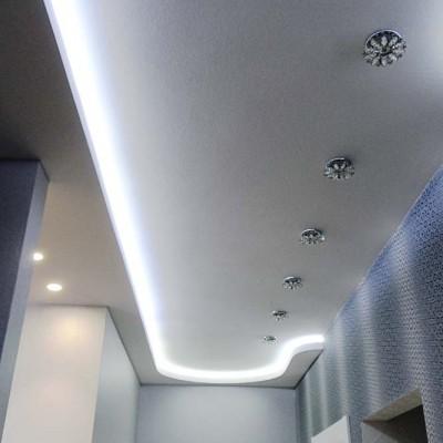 Коридор возле спальни и детской. Потолок из ГКЛ со встроенными светильниками. Слева по периметру ниша из ГКЛ с подсветкой