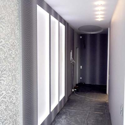 Коридор. Левая стена - ниши из ГКЛ с подсветкой. Потолок из ГКЛ со встроенными светильниками и круглой нишей-розеткой