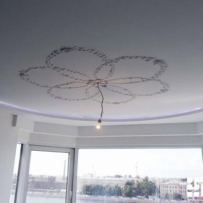 Ремонт гостиной. Потолок из ГКЛ, в центре розетка из лепнины. По периметру короб из гипрока со светодиодной подсветкой