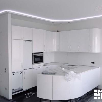 Ремонт кухни в завершающей стадии (месяц до сдачи). Пол - керамогранит, потолок - ГКЛ, короб с подсветкой, лепнина