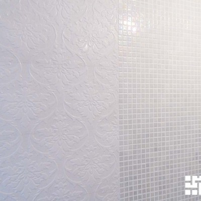 Слева плитка для бесшовной кладки толщиной 10мм, справа мозаика толщиной 3мм. Но штукатурные работы выполнены так, что перепада нет