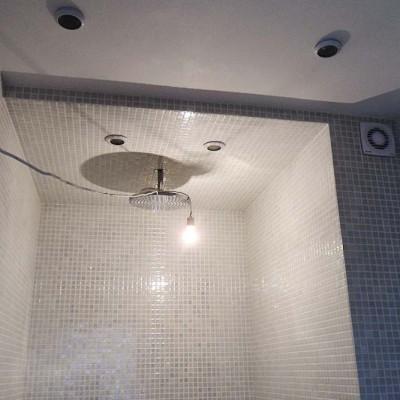 Душевая кабина в гостевом санузле. Стены и потолок выполнены из гипрока и облицованы мозаикой