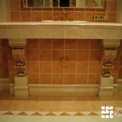 Центральная линия на стене продолжает центральную линию пола; смеситель, раковина, зеркало отцентрованы по этой же линии