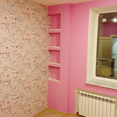Ремонт квартиры на Орджоникидзе. Вторая детская, вид слева. Потолок и ниша с полками - из гипрока (ГКЛ)