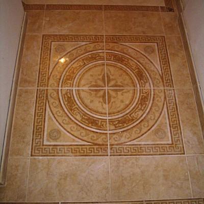 Центр роскошного панно из четырёх плиток одновременно является центром всего участка, соединяющего прихожую и коридор