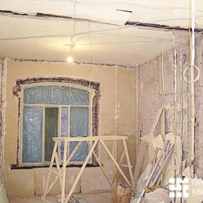 Ремонт квартиры на Жуковского. Восстановленное окно на кухне. Установлен новый стеклопакет; на время ремонта заклеен плёнкой