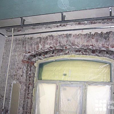 Ремонт квартиры на Жуковского. Восстановленное окно в кабинете. Установлен новый стеклопакет; на время ремонта заклеен плёнкой