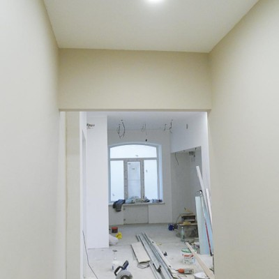 Ремонт квартиры на Жуковского. Новые стены и гипрочный потолок уже оштукатурены; вид из коридора в гостиную-кухню