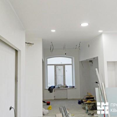 Ремонт квартиры на Жуковского. Гостиная-кухня; слева - ниша с подсветкой для телевизора