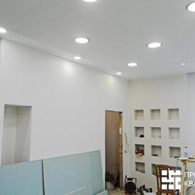 Ремонт квартиры на Жуковского. В нише слева будет шкаф-купе для посуды; рядом с выходом в прихожую - короб из ГКЛ с декоративными нишами-полками