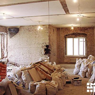 Ремонт квартиры на Жуковского. Старая кладка местами пришла в негодность; это обнаружилось при удалении обоев и штукатурки