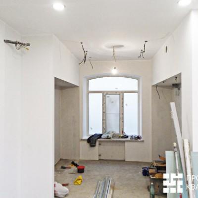 Ремонт квартиры на Жуковского. Ниши по бокам от окна предназначены для встроенного кухонного гарнитура