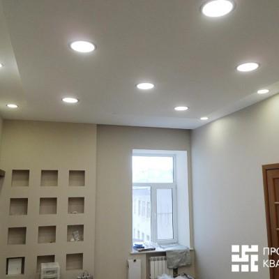 Ремонт квартиры на Жуковского. Потолок из гипрока со встроенными светильниками. Правая дверь ведёт в межкомнатный коридор