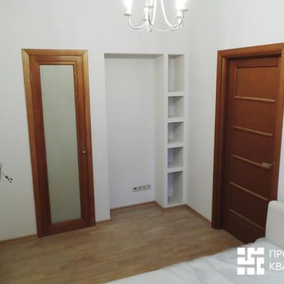Ремонт квартиры на Жуковского. Детская. Слева - встроенный шкаф, рядом ниша для учебного стола