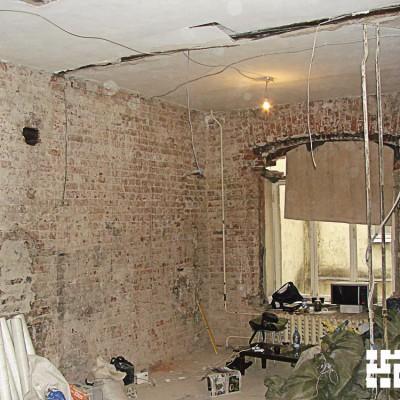 Ремонт квартиры на Жуковского. Лишние кирпичи сверху окна уже удалили; старая деревянная рама ещё осталась