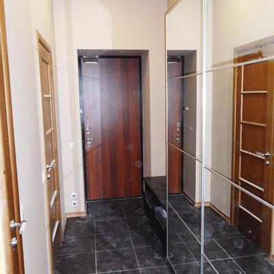 Ремонт квартиры на Жуковского. Слева двери в санузлы, прямо - входная дверь в квартиру