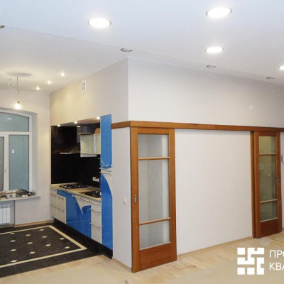 Ремонт квартиры на Жуковского. Гостиная-кухня. Левая дверь-купе - шкаф для посуды, правая - дверь в прихожую