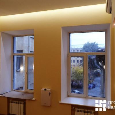 Ремонт квартиры на Жуковского. Хорошо видна закарнизная подсветка над окнами. Батареи спрятаны в ниши