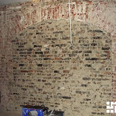 Ремонт квартиры на Жуковского. Под штукатуркой нашлось ещё одно заложенное окно. Заказчики хотели восстановить его, но оказалось, что согласование займёт слишком много времени