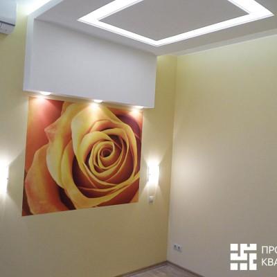 Ремонт квартиры на Жуковского. Светильник в спальне готов. Завершающий штрих - фотообои с розой