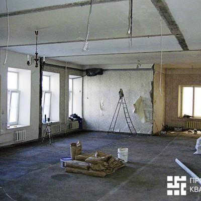 Ремонт квартиры на Жуковского. На стенах и потолке видны следы от демонтированных перегородок. Батареи мы позже спрячем в ниши