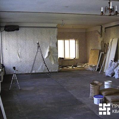 Ремонт квартиры на Жуковского. Демонтированы все межкомнатные перегородки; на полу сделана новая стяжка. Окна, обои, батареи еще не трогали