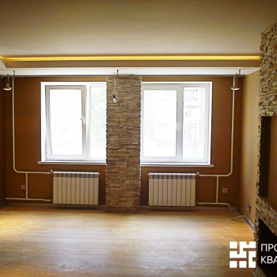 Ремонт квартиры на Королёва. Гостиная. На полу паркетная доска (замковая на подложке)