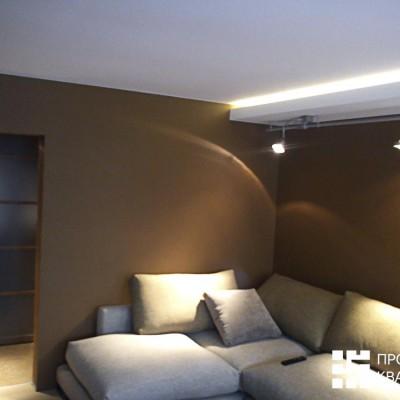 Ремонт квартиры на Королёва. Гостиная. Над диваном дополнительные светильники на штанге (помимо закарнизной подсветки)