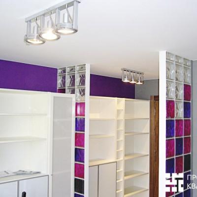 Ремонт квартиры на Королёва. Стены окрашены в 2 цвета, потолок из ГКЛ, декоративные элементы из цветных стеклоблоков