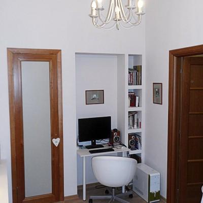 Ремонт квартиры на Жуковского. Слева дверь в гардеробную, справа - в гостиную