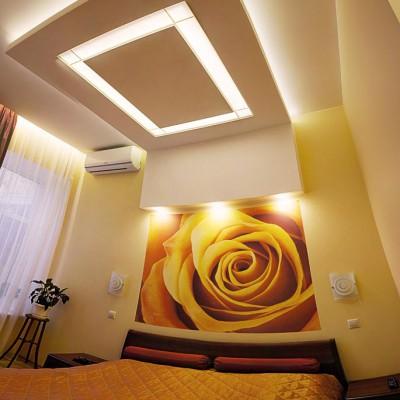 Ремонт квартиры на Жуковского. Кровать и светильник в спальне