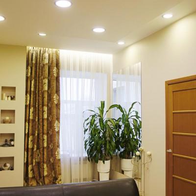 Ремонт квартиры на Жуковского. Справа дверь в гостевую комнату. Над окном подсветка