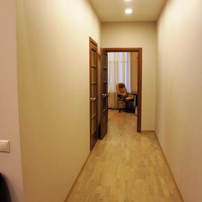 Ремонт квартиры на Жуковского. Коридор из гостиной в спальню и кабинет. Пол из паркетной доски