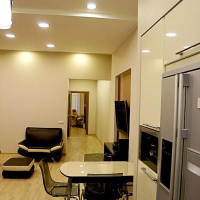 Ремонт квартиры на Жуковского. На стыке кухни и гостиной - обеденный стол