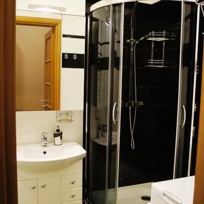 Ремонт квартиры на Жуковского. Душевая кабина в ванной