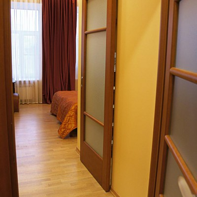 Ремонт квартиры на Жуковского. Вход в спальню