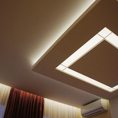 Ремонт квартиры на Жуковского. В нишах над окнами и по краям светильника - закарнизная подсветка