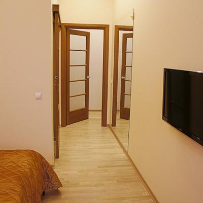 Ремонт квартиры на Жуковского. Слева дверь в гардеробную, напротив - зеркало, прямо - выход из спальни