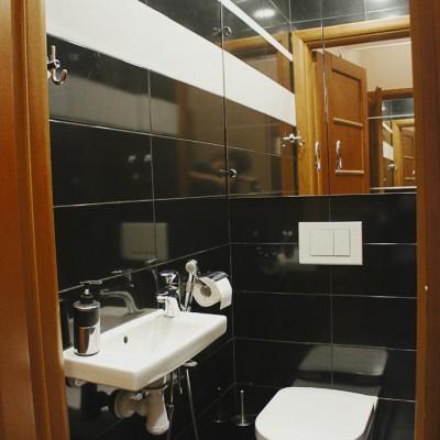 Ремонт квартиры на Жуковского. В туалете установлена раковина и гигиенический душ