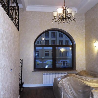 Двухуровневый кабинет. Пол из паркетной доски. Потолок декорирован балками из ГКЛ и гипсовой лепниной
