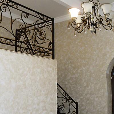 Лестница на второй уровень кабинета. Потолочный плинтус выполнен из гипса