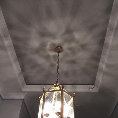 Прихожая. Потолок из ГКЛ с закарнизной подсветкой, декорирован гипсовой лепниной