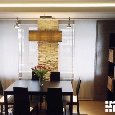 Гостиная. Обеденная зона выделена потолочным коробом из ГКЛ с закарнизной подсветкой и освещена передвижными светильниками на штанге