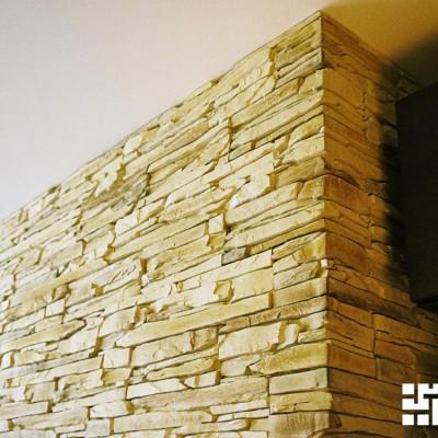Гостиная. потолок из ГКЛ. Корпус камина построен из ГКЛ и облицован искусственным камнем