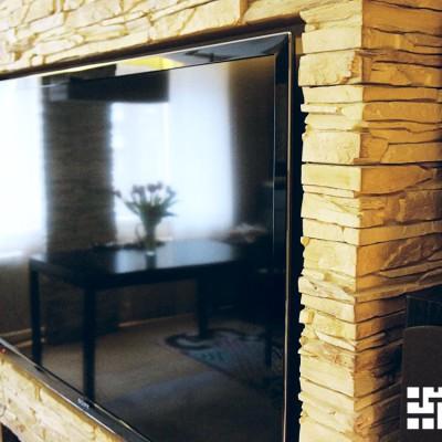 Ниша в камине спроектирована точно под размеры телевизора