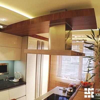 Кухня, общий вид. В кухонный фартук встроен телевизор (слева, у окна)